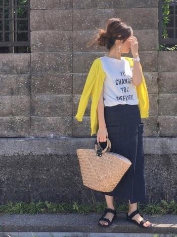 シンプルな白のロゴTシャツと紺のスカートに、ビビッドなイエローのクルーネックカーディガンが効いています。