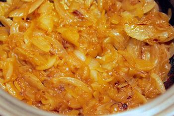 完成したあめ色玉ねぎを小分けにして冷凍保存しておけば、好きなときにスープが作れてとても便利です。またスープ以外にも、カレー、ハンバーグ、コロッケ、おにぎりやサンドイッチの具など、さまざまな料理に活用できます!