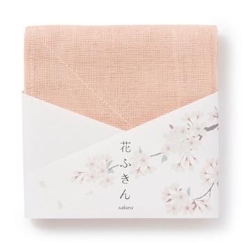 20色の花ふきんのパッケージは、色名に合わせた花の絵があつらえられていて、まるで一筆箋のような優しい心遣いを感じます。季節に合わせて贈ったり、好きな花の柄を選んだり、花ふきんの楽しみがますます広がった20色ラインナップです。
