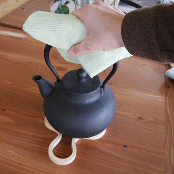 レンジ横などにちょいと下げておけば、熱いものを持ったりするときにミトンの代わりにも。