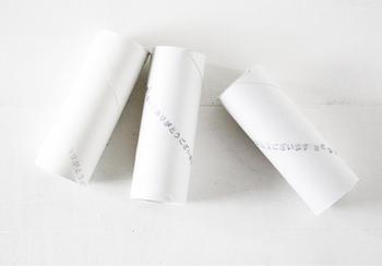 【用意するもの】  ・トイレットペーパーの芯 24個 (クリスマス当日まで作る場合は25個) ・ラッピング用の紙 ・糊 ・ひもやリボン ・ハサミ ・ダンボール紙(蓋をするとき)