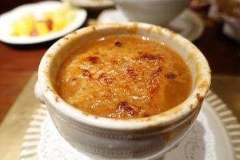 プロが作った本格の味も体験してみたい!そこで、オニオングラタンスープがおいしいお店をいくつかご紹介。「リブルーム」は、ホテルニューオータニにあるステーキハウスで、開業当時の味を守り続ける名店。プレミアムオニオングラタンスープは、少し甘めの濃厚なおいしさで、多くの人に愛されています。