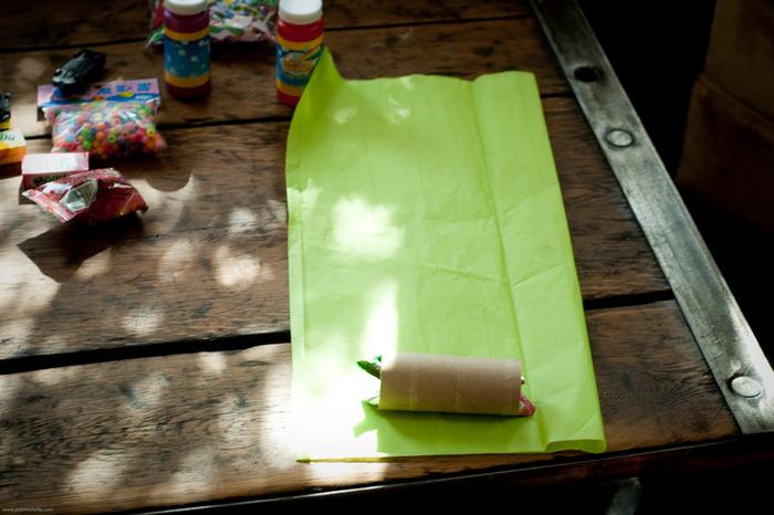芯にお菓子や小さなプレゼントをしのばせて、カラフルなペーパーでラッピング。