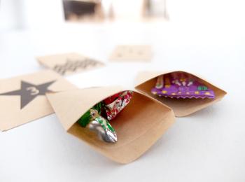 クラフト紙で作るとナチュラルな仕上がりになりますね。もちろん真っ白な封筒を使ってもシンプルでおしゃれに飾ることができますよ。封筒の中の色がカラフルで鮮やかなものだと、開けた時にハッピーな気持ちになれそう!