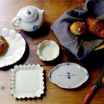 遠藤 薫さんは、陶芸の町・益子で活躍されている作家さんです。益子焼ですが、和のうつわというよりも、まるで海外のテーブルウェアのような雰囲気です。