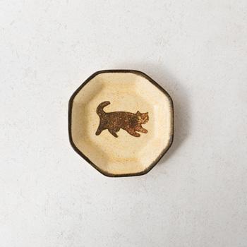 こちらは「豆皿-ネコ黄」。ほのぼのとしたかわいらしいデザインです♪ 今回ご紹介した作品には、「和紙染め」という、古くからある陶芸の技法が施されているそう。