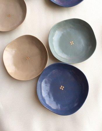 漆造形作家・小野寺奈南さんによる「studio wave」。こちらは「華の豆皿」です。あじさいがモチーフとなっています。下地の段階からすべて本漆でつくられています。
