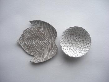 こちらは「白い花・黒い葉 豆皿セット」。たたらづくりでひとつひとつ丁寧に手づくりされています。色がないぶんスタイリッシュ。アクセサリートレイとして使っても素敵ですね。