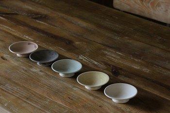 こちらは足がついている「豆小皿」。ちょっとしたおかずやおやつを入れるのにいいですね。いにま陶房のうつわはどれも土のぬくもりややさしさを感じるものばかりです。