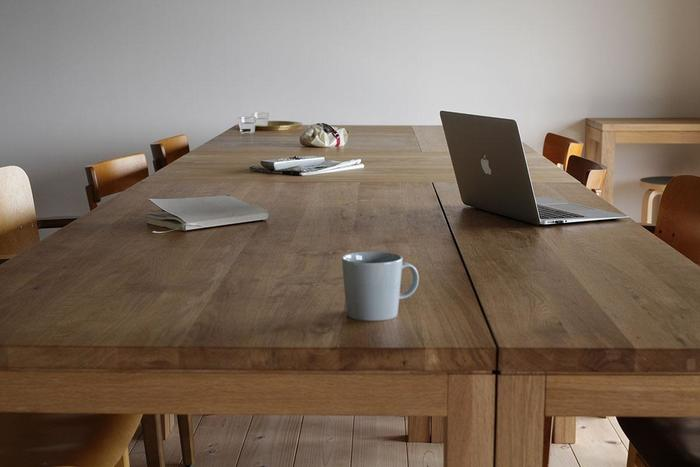 朝食後のテーブル。パンくずやグラスの水滴などが残っているはず。それをさっとふき取ってきれいにしましょう。同時に、リモコンや新聞などテーブルの上に散乱しやすいものを整理して片付ければ、帰宅後も気持ちいい状態になるはず。