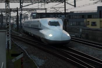 東海道新幹線を使えば、ひかりなら約45分、こだまでも約1時間で三島駅に到着します。新幹線を使わず東海道線を利用しても、約2時間で到着します。到着後の移動には、900円で三島エリアのバスが乗り放題になる「みしまるきっぷ」も便利です。