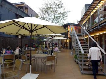 続いて訪れたいのが、三嶋大社の目の前にある複合施設「大社の杜みしま」。三嶋大社の門前を盛り上げたいという人たちの手によって2014年にオープンすると、すぐに人気のスポットとなりました。