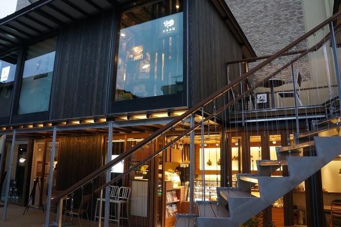個性的なカフェや地元食材を使ったレストランなど、食事やティータイムに訪れたいお店もたくさん。また、富士山グッズを中心とした雑貨店や、好みの香りが作れるアロマ店、無料で本が借りられるライブラリーなど、女子にはたまらない魅力的なお店もいっぱいです。