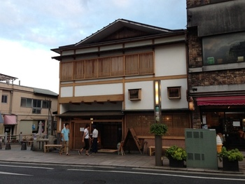 三島と言えば…というくらい、人気なのが「三島のうなぎ」。ランチはぜひ奮発しちゃいましょう。中でも源兵衛川のほとりにある「桜屋」は、行列が途切れない大人気のお店です。