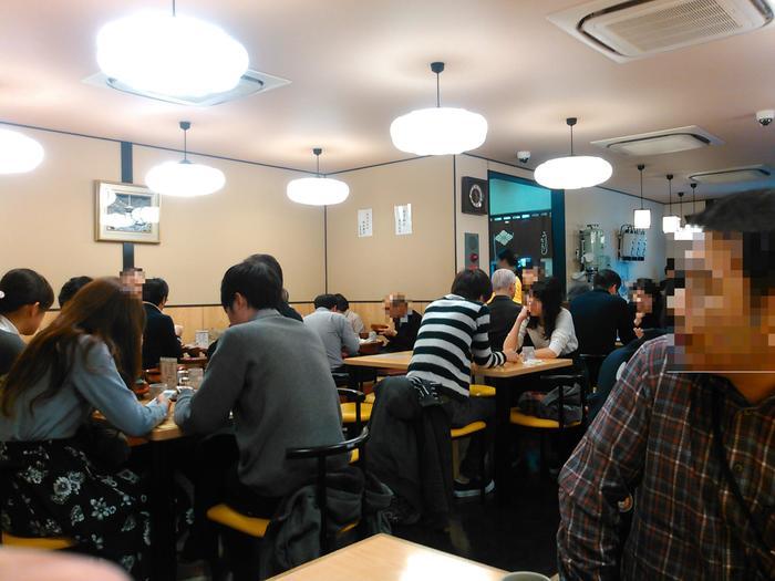 店内はいつも混雑しています。相席もしばしばですが、賑やかで楽しい雰囲気でお食事がいただけます。