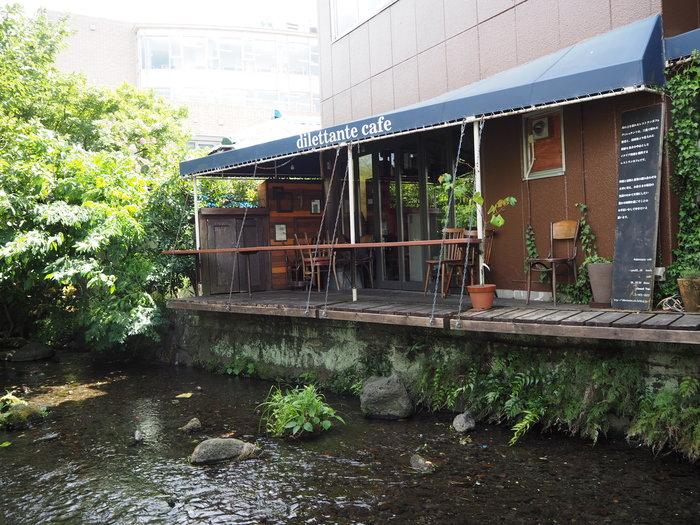 川辺をのんびり散策したら、食後のコーヒータイムです。テラスが川にせり出した、雰囲気バツグンのお店「dilettante cafe」。川の中を進むとすぐ見つかるのですが、入り口を探すのはなかなか難しい、なかなかの隠れ家カフェです。正解は「時の鐘橋のたもと」です、ぜひ探してみてくださいね。