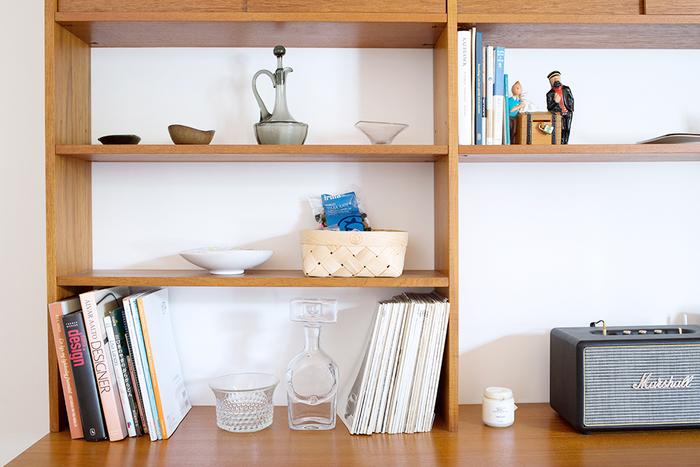 机の上の本棚も、本だけでなく空きスペースに好きなものを並べておくと癒されます。音楽を聴くためのスピーカーも、おしゃれでインテリアグッズとしてもぴったり♪