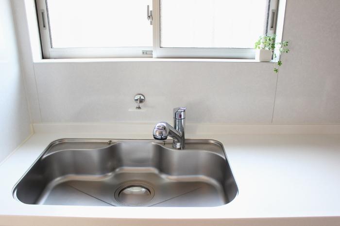 朝食の後片付けのついでに、シンクも掃除してしまいましょう。作業台やコンロまで手を伸ばしてしまうと、時間がかかってしまいますが、シンクだけなら短時間で終わらせられます。 食器を直に置くこともあり、衛生的な状態にしておきたいシンクは、毎朝きれいにできれば気分もすっきり。