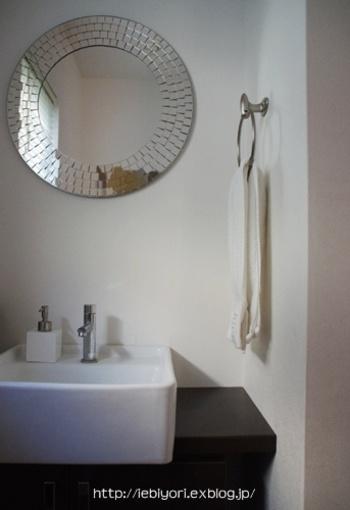いつの間にか水垢が付着してしまう水周り。白く曇ってくると擦って落とすのも大変! そこで、歯磨き・洗顔のついでに洗面台をさっと磨いて、鏡に飛んだ水滴はふき取るようにしましょう。清潔感のある洗面所をキープできますよ。
