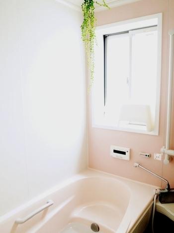 バスルームの水垢の付着・カビの発生を防止するには、やはりこまめな掃除がポイント。お風呂掃除を毎朝の習慣にすれば、ピカピカのバスルームを保てます。 浴槽と床、棚だけなら10分以内で終わるはず。毎日続ければ汚れの程度も少ないので、短い時間で終わらせられます。  壁やドアなど細かいところは週末に回すなど、掃除の場所を限定して短時間で切り上げれば、毎日続けやすいですよ。