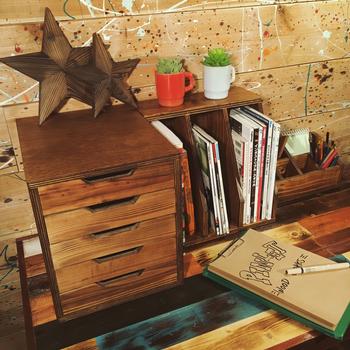 レターケースも小物収納にぴったり。引き出しの付いているキャビネット家具を置くほど入れるものはないけれど・・といった時に色々使い道がありますね。