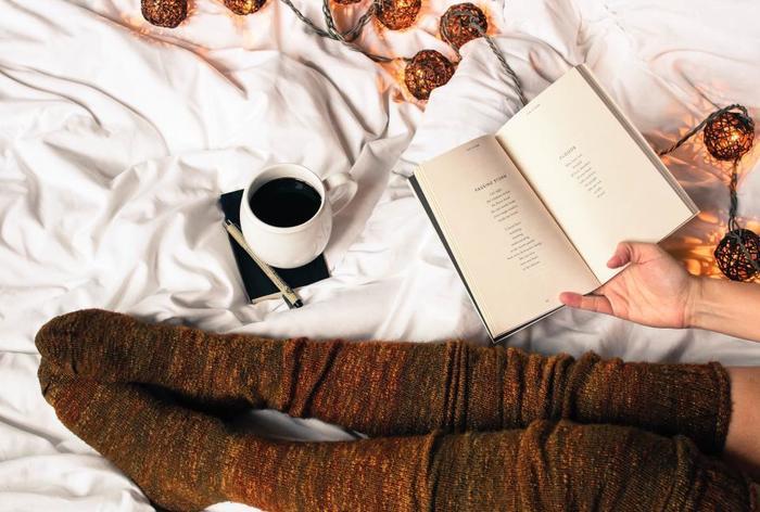 落ち着いた色味のストリングライトは読書や書き物など、リラックスタイムのお供にぴったりです。