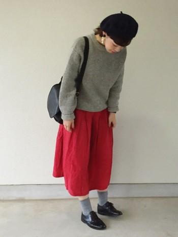 甘すぎず大人っぽい雰囲気を引き立たせる落ち着いたデザインが魅力のオールドコーチ。赤いスカートを引きたてるブラックの小物のひとつとしても重宝します。