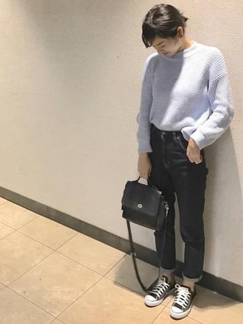 ニット×デニムのシンプルカジュアルな着こなしに、オールドコーチのバッグを合わせて。リュックや布トートと違って、上品さをプラスできますね。
