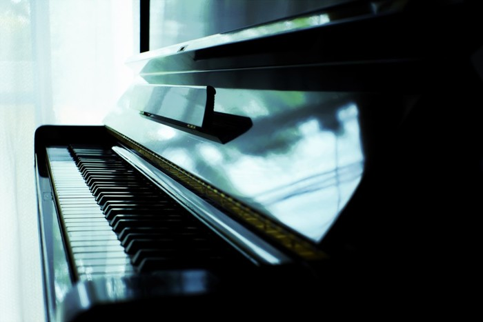 ただピアノは重いので持ち運びには適していません。キーボードであったとしても、他の楽器に比べるとかなり重く、運ぶのは大変ですし、割と場所をとります。しかし、このように一台で非常に幅広い音が表現ができるため、弾き語りしたい人はもちろん、ソロ演奏したい人にもおススメです。