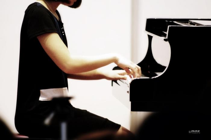 宮地楽器のピアノ教室では「大人のゆったりピアノ」「映画音楽をピアノで」「日曜ピアノ」「早朝ピアノ」など、多彩なコースがあり(※)、年齢や弾きたい曲に合わせたレッスンを受けることができます。ジャンルも、クラシックからジャズ、ポップス、童謡まで様々です。  (※)スクールの場所によって開催コースは異なります。
