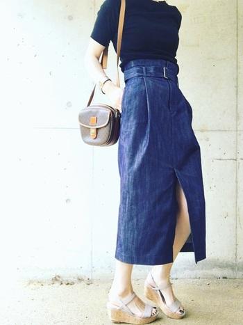 セリーヌは上品で女性らしい雰囲気のコーデに良く合います。コンパクトなシルエットで人気のユニクロのカットソーとトレンドのハイウエストのデニムタイトスカートに合わせて。