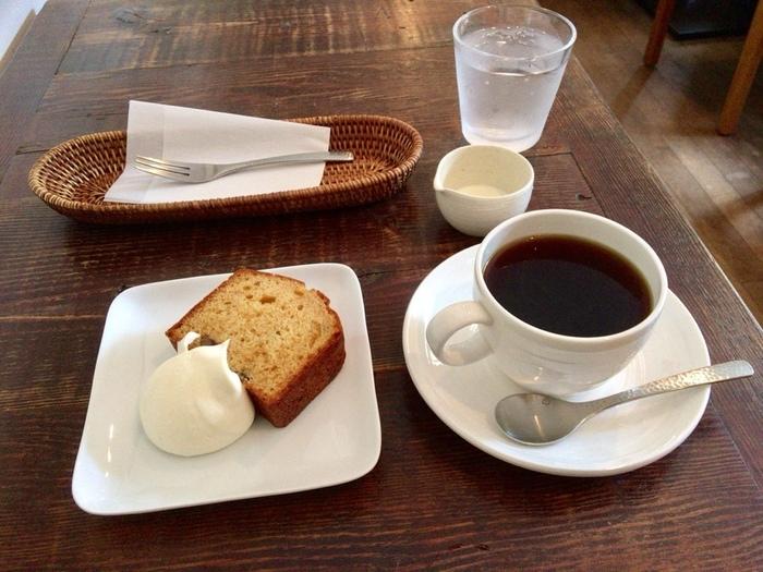 コーヒーはマイルドで、ほっと一息つけます。手づくりのパウンドケーキもしっとりしていて、具沢山で食べごたえもバッチリ。ランチで食べられるカレーも、大人気です。旅の途中でほっこり立ち寄りたい、ステキなカフェですよ。