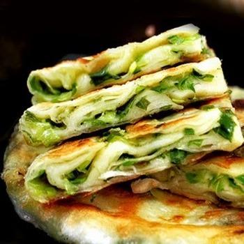 台湾の屋台飯のような中華風ネギ焼きの蔥油餅。朝食にもおやつにも、パパッと作れて便利な定番メニューです。