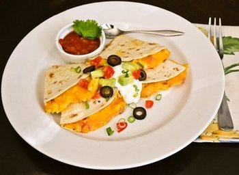 メキシコ風ホットサンドは朝からたっぷり栄養を取りたい方にもおススメ!卵に野菜にお肉が加わった、パーフェクトな朝食を♪