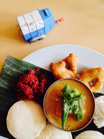 インドと言えばカレーですが、まさか朝ごはんにもカレーが出てくるなんて驚きですね!インドの人は早起きな人が多く、朝から手の込んだものをしっかり食べるのだそう。  広いインドでは地域によって食文化が異なります。北インドの定番の朝食は、ナンや「チャパティ」と呼ばれるパンとカレースープですが、南インドではお米が主食で、「イドゥリ」と呼ばれる発酵させた米粉から作られる蒸しパンや、米粉からつくるドーサというクレープのようなものと一緒に、カレースープを頂くそうです。