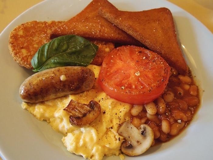 イギリスの伝統的な朝食「イングリッシュ・ブレックファスト」。イギリスで一番おいしい食事は朝食と言われるのも納得しちゃうほどとってもおいしそう。スクランブルエッグにベイクド・トマト、ソーセージ、ベイクドビーンズ、ハッシュドポテト、トーストといった多彩なお料理がワンプレートに盛り付けられています。食事の後の洗い物もこれなら楽チンですね♪