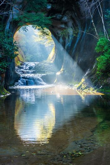 朝陽が差し込む濃溝の滝。濃溝の滝に注目が集まるようになったのは、この瞬間を撮影した写真がインスタにアップされたことがきっかけなのだとか。幻想的でまるで物語の中の世界のようですね。