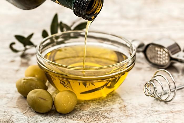 美容オイルとして最も有名なもののひとつが「オリーブオイル」です。オリーブオイルは、人の皮脂に近い「オレイン酸」が多く含まれています。そのほか、肌のハリや弾力にビタミンAも。