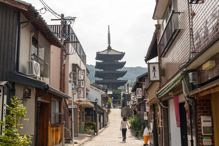 京都は見所がたくさんある上、カフェなども多く、女性が一人でも入りやすいお店がたくさんあります。実は、一人旅がしやすい街なのです。  秋の京都はさらに見所がいっぱい!紅葉の時期には、市内にある多くの神社で夜間のライトアップが行われます。秋の夜長を京都で過ごしてみるのはいかがでしょうか?