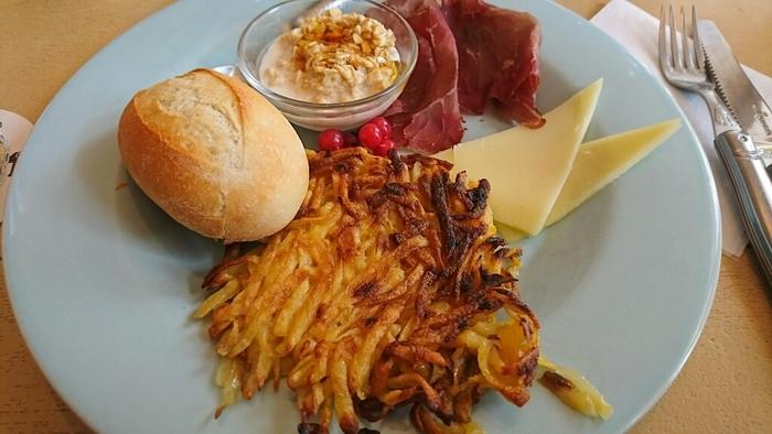 スイスでは、ハイジの世界に出てくるようなパンやチーズ、そして干し肉が朝ごはんです。じゃがいもで作られたスイスの名物料理「ロスティ」は、表面がカリカリになるまでしっかり焼かれてパンケーキのようになっています。手軽に栄養が取れるシリアル「ミューズリー」は、アルプスの山へ羊飼いが登るときに携帯していた食事なんだそうです。