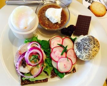 デンマークの朝食は、チーズやジャム、チョコレートを添えたライ麦パンや白パン、ロールパンが主流です。ミューズリーやコーンフレークなどのシリアル系も人気です。休日や週末には卵や果物が使われるそうです。  また、「ポリッジ(日本語ではお粥)」という、オーツ麦ミルクと水で煮たものもよく食べられます。