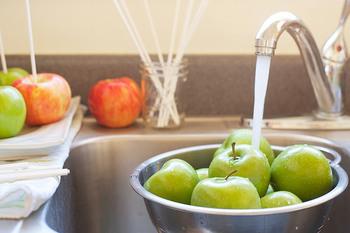 りんご・・・    1kg レモン・・・・・・・4個(好みで増減)できれば国産レモンが安心です。 氷砂糖・・・・・・・300g(甘さ加減は±100gで) ホワイトリカー・・・1.8L お好みでシナモンを入れてもOK! 保存ビン・・・・・・4Lビンならギリギリ。出来れば5Lビン。  まずはりんごを良く洗いましょう。 無農薬ならベストですが、スーパーのりんごだって大丈夫。 流水でよく洗いましょう。