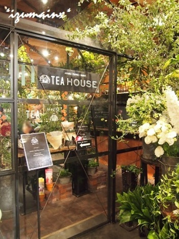 お花好きの方なら一度は行きたい「青山フラワーマーケット ティーハウス 南青山本店 」。表参道駅を出てすぐの所にあります。
