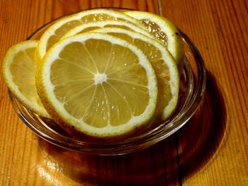 ビンは熱湯消毒して乾かしておきましょう。  りんご、レモン、氷砂糖をざっくり交互にビンに入れます。 その上からホワイトリカーを静かに注ぎいれて。