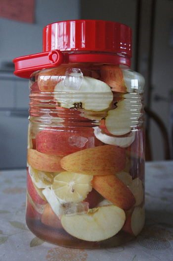 ビンをしっかり密封して涼しいところで保存しましょう。  2ヶ月ほど経ったらレモンを取り出して、6ヶ月経ったらりんごを取り出します。さらにおいしくなるのはその後一ヶ月ほど熟成してから。  7ヶ月ほど待てば、おいしくなったりんご酒の完成です。