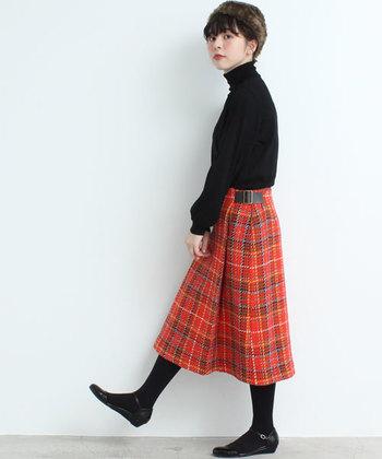 ブリティッシュテイスト溢れるタータンチェックのスカートも今季トレンドのレッドが素敵です。その他のアイテムをブラックで纏めて、チェック柄の個性を際立たせても。