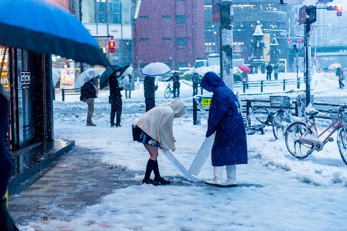 これからの季節、大丈夫と思っていても意外と悩まされるのが雪や雨の日の足元問題。もしもの時に持っていたいのがレイン・スノーシューズです。本格的なアウトドアデザインだけでなく、タウンでも使えるスッキリとしたデザインのシューズもたくさんあるので一足持っていると安心ですよ。