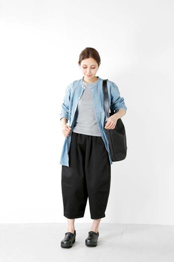 リラックス感のあるシルエットが魅力のバレルパンツ。何にでも合わせやすいデザインと気になる部分のカバーや足首が見える丈など、スタイルアップにも秀逸な一品です。