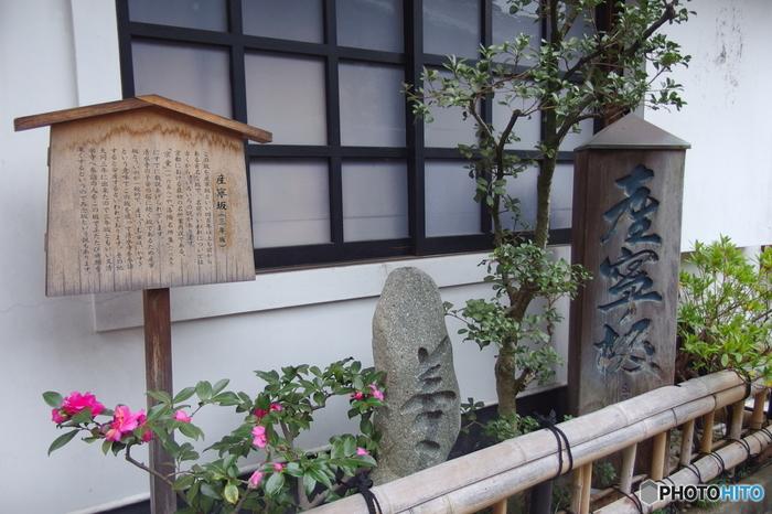 和菓子やお土産を売るお店が軒を連ね、京都らしさも味わえますよ。そんな京都の歴史を感じさせる、美しい産寧坂の風景は、重要伝統的建造物群保存地区に指定されているそうです。