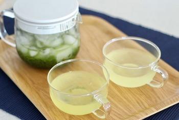 お湯の温度によって抽出される成分が変わってくる緑茶。温度が低ければ低いほど苦みも抑えられます。より緑茶の旨みや甘みを楽しみたい方にオススメなのが、「氷出し緑茶」です。